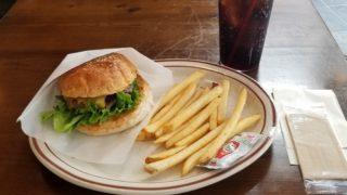 チーズバーガーとポテト