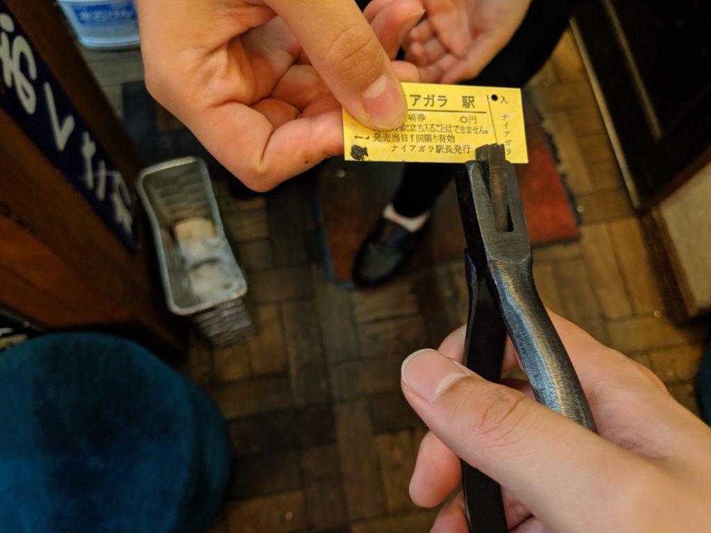 切符を切っているところ。