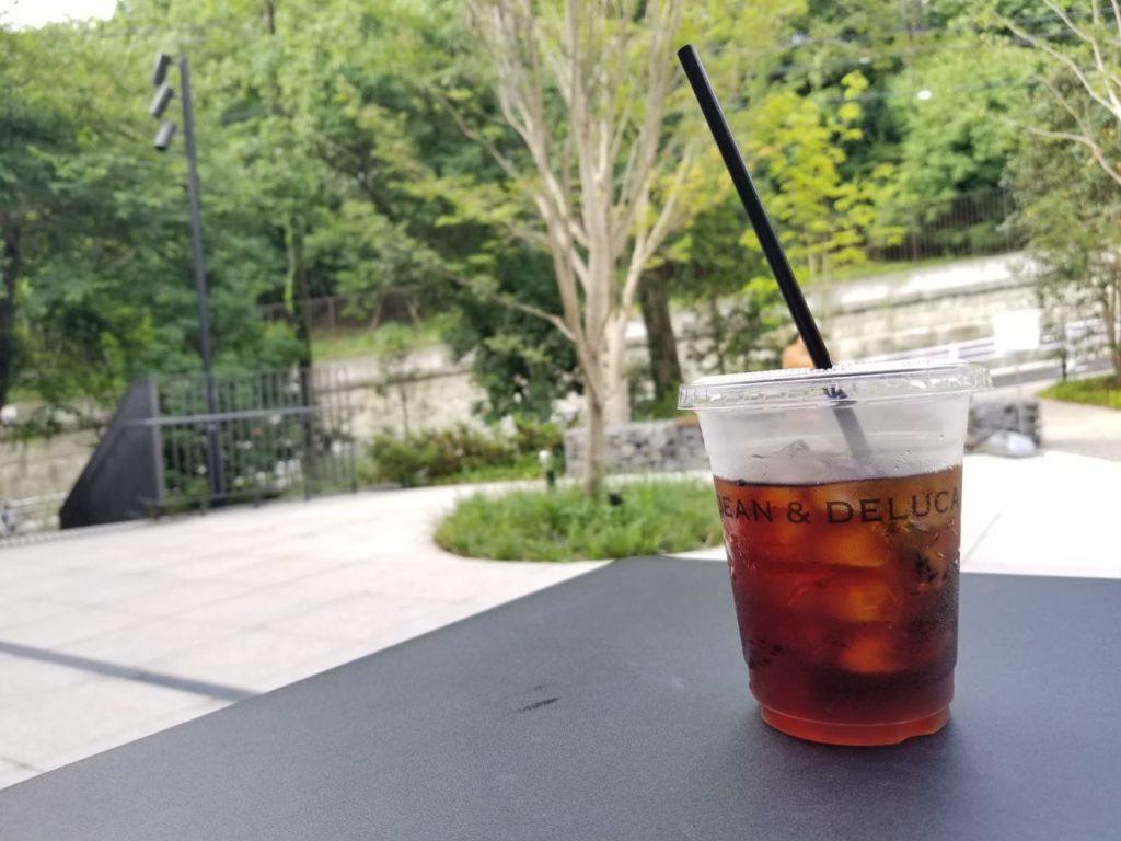 DEAN & DELUCAテラス席で飲むアイスコーヒー