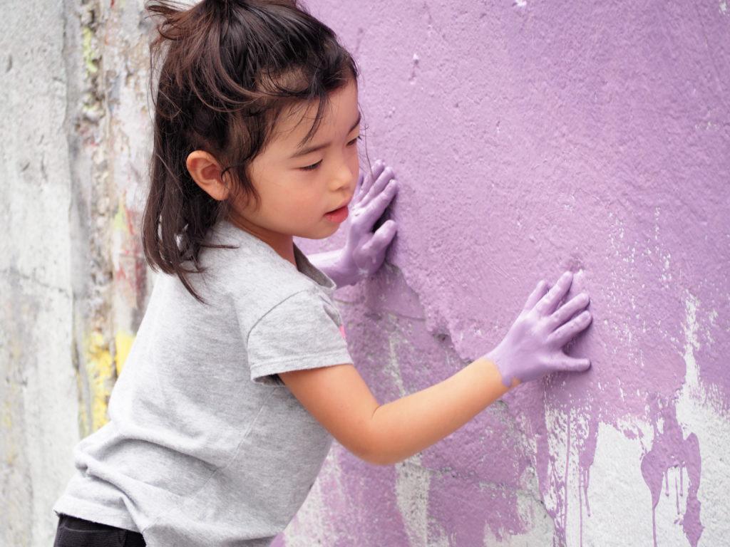 塗っている女の子