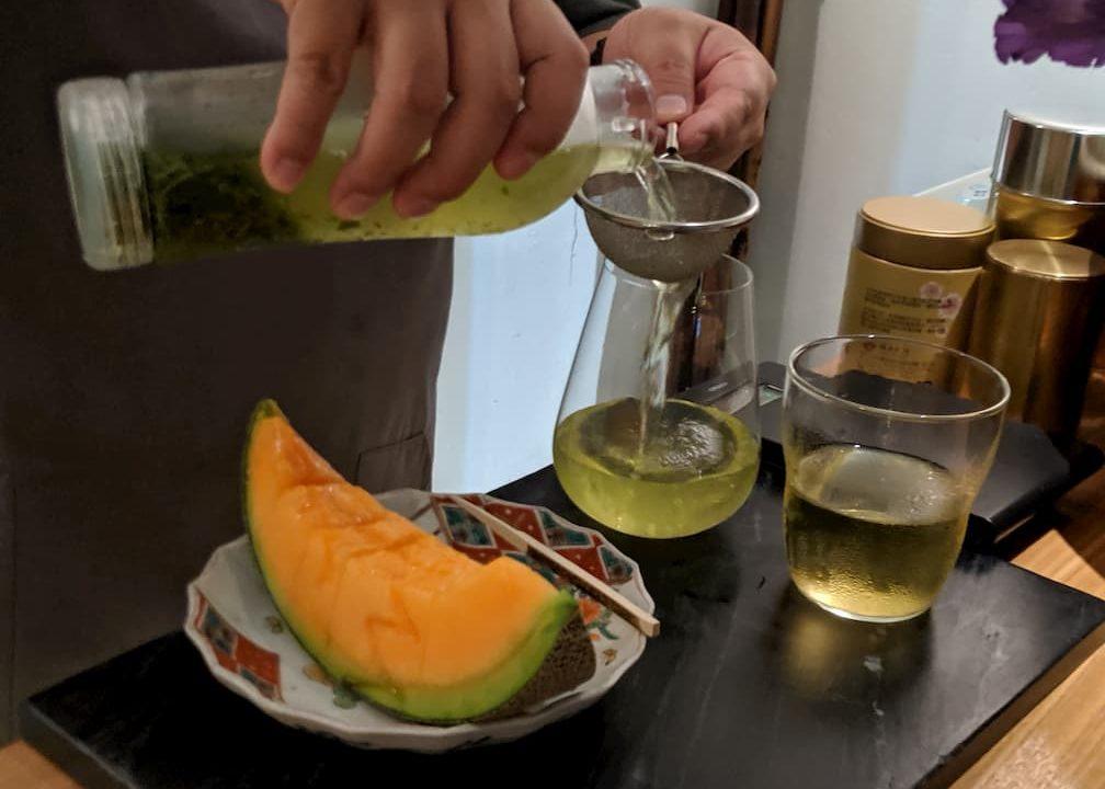 お茶とフルーツの写真