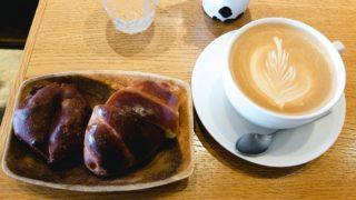 パネトンチーニとバターロールとカフェラテ