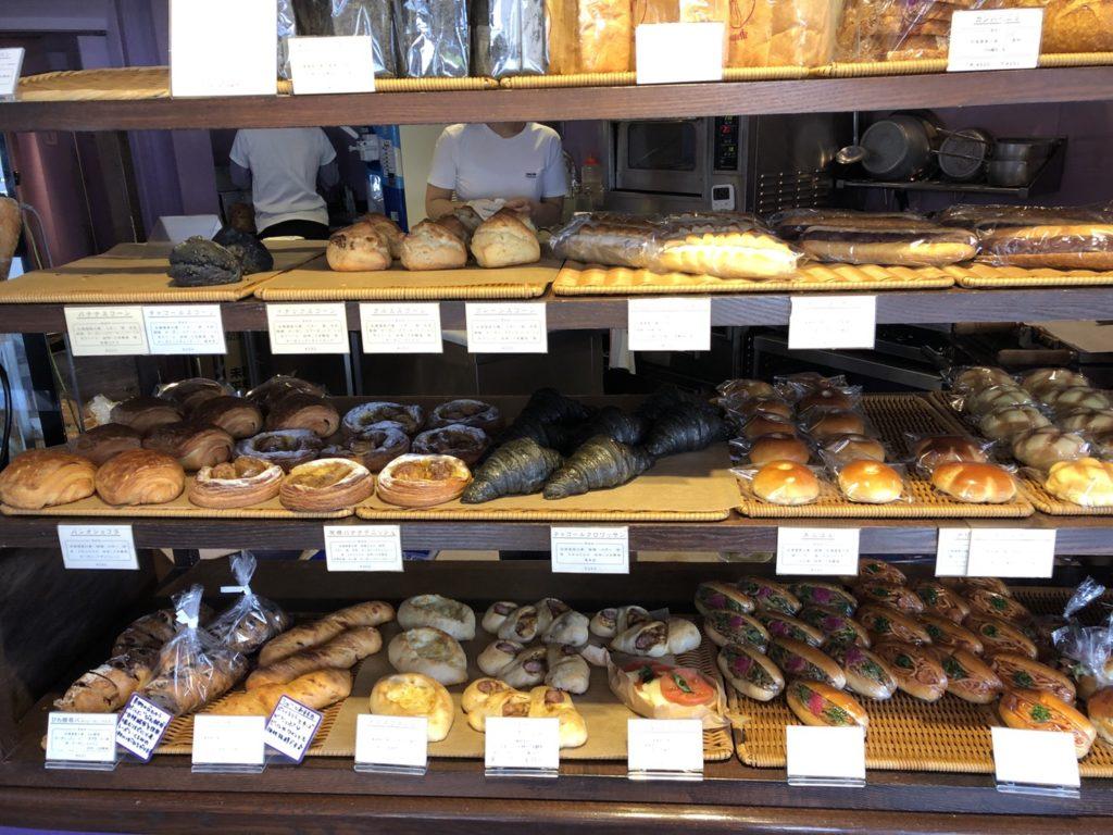 ロータスバゲットの陳列されたパン