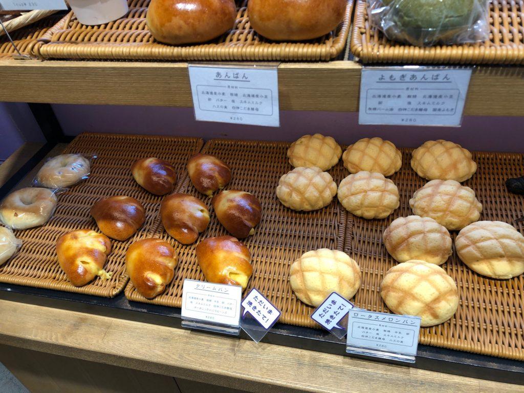 ロータスバゲットの陳列されたパン2
