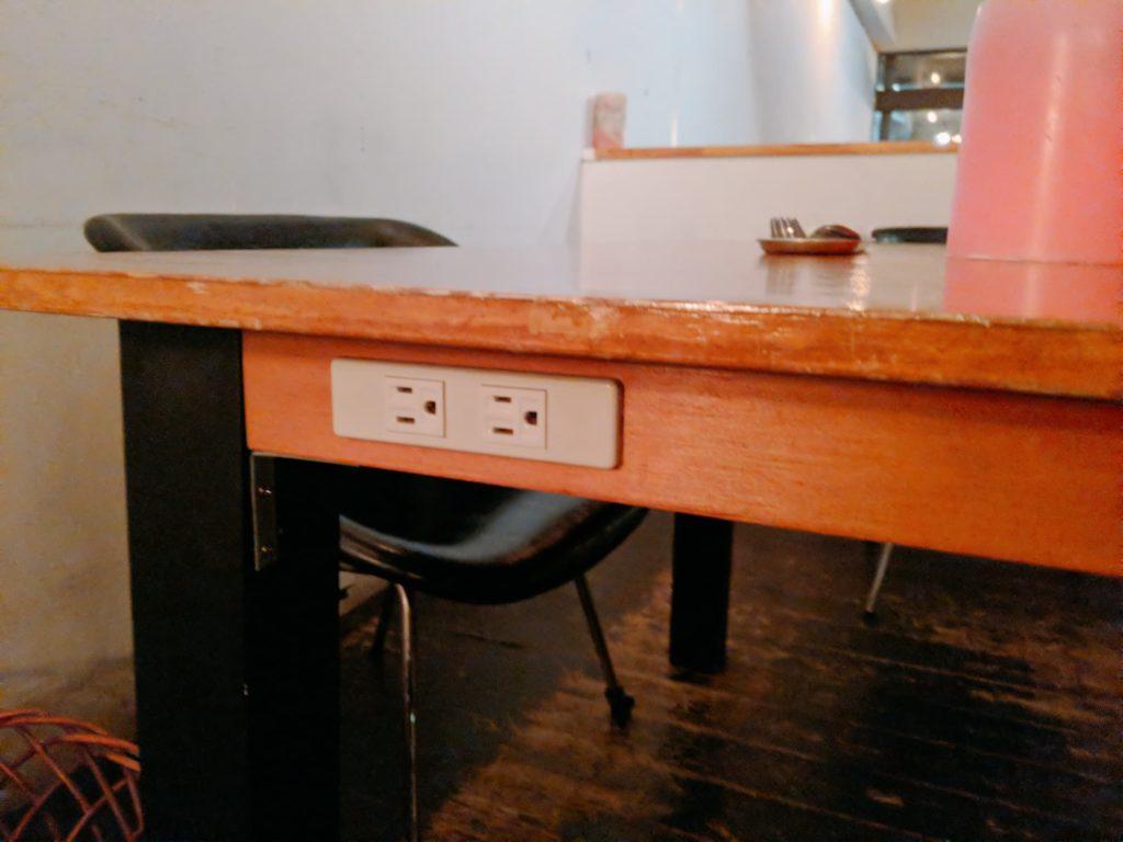 中目黒ラウンジの電源付きテーブルのコンセント