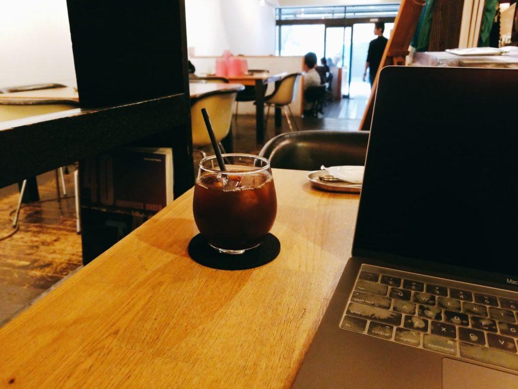 中目黒ラウンジの座席でアイスコーヒーとノートPCを開いている筆者