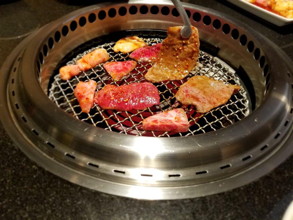 いい感じに焼かれた赤身肉たち