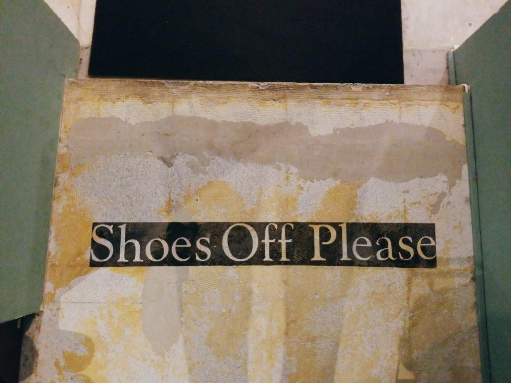 靴を脱げという警告