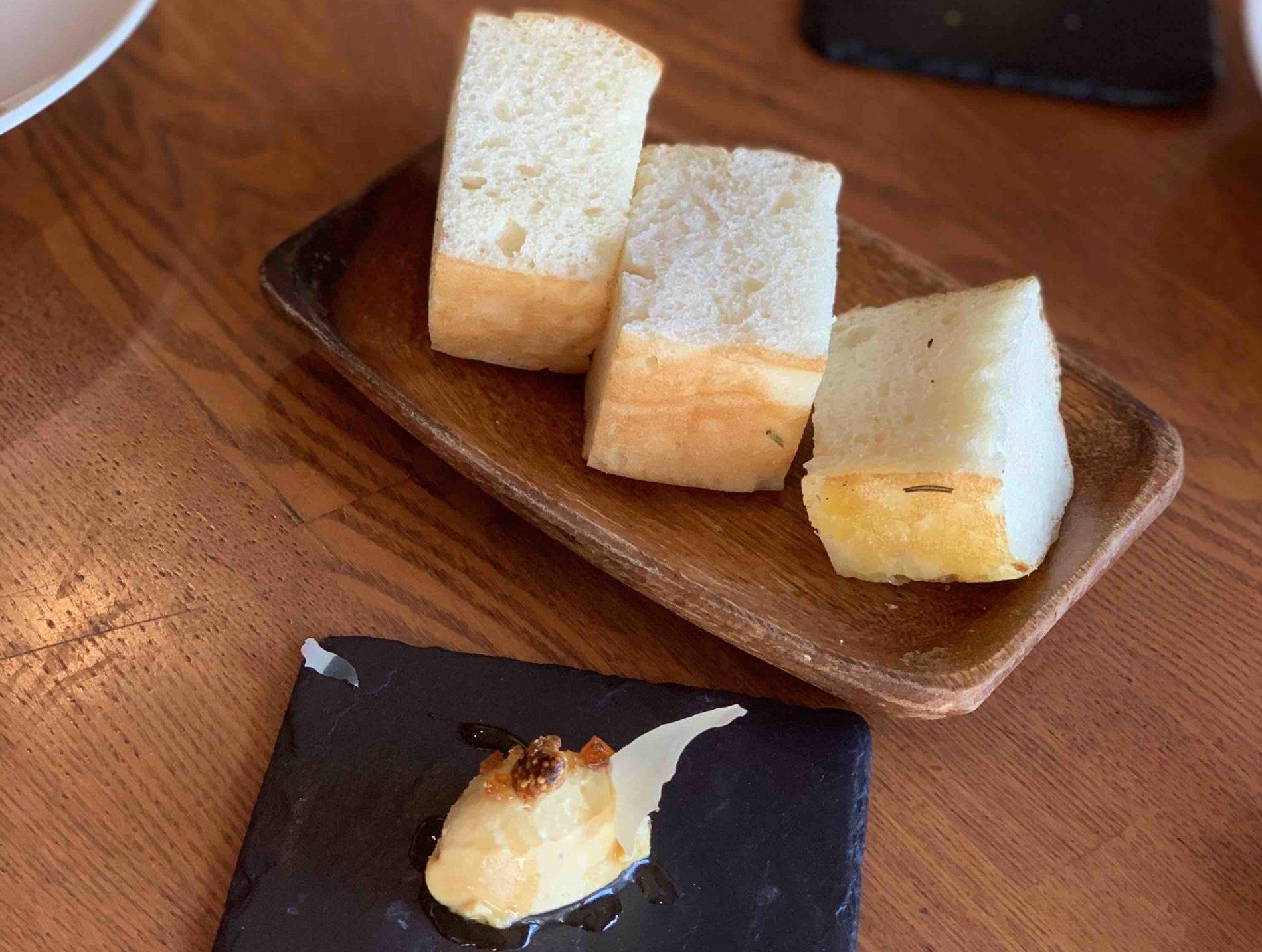 フォアグラのフラン マルサラソース」と「自家製チーズフォカッチャ」