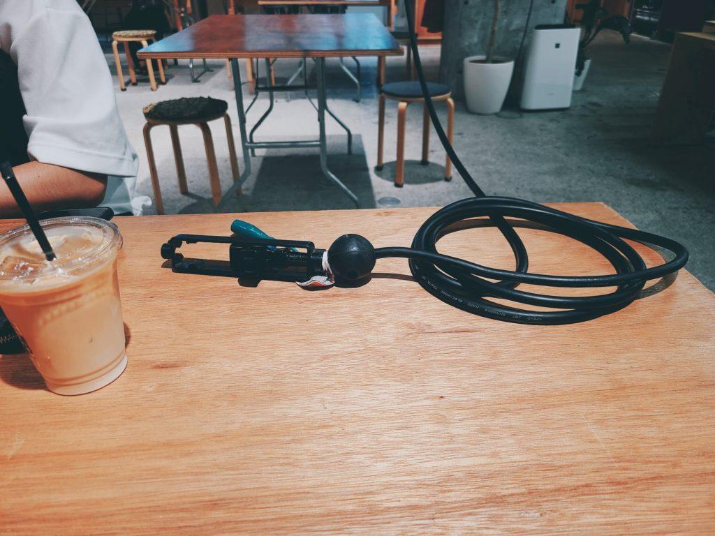 テーブルに置かれた電源タップ