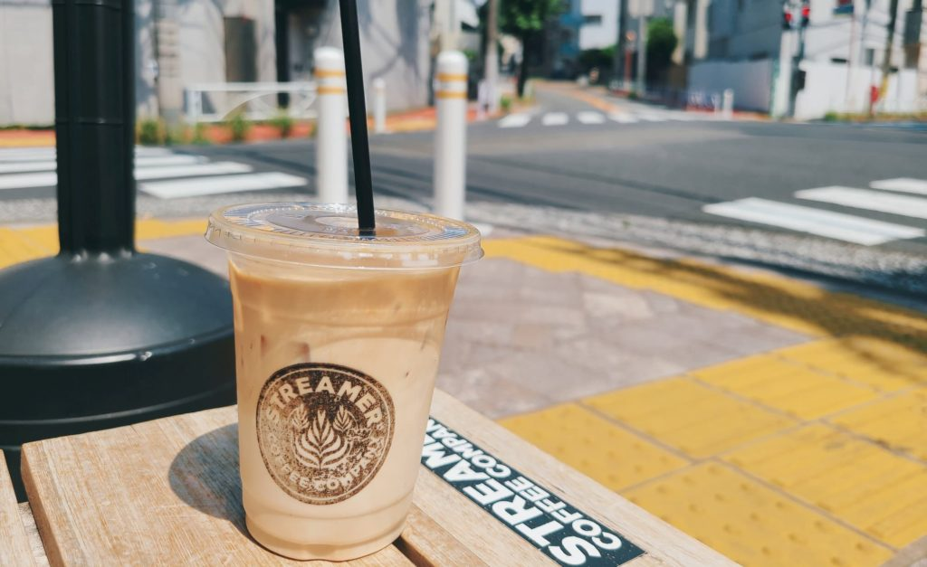 STREAMER COFFEE COMPANYのカフェラテと外の景色