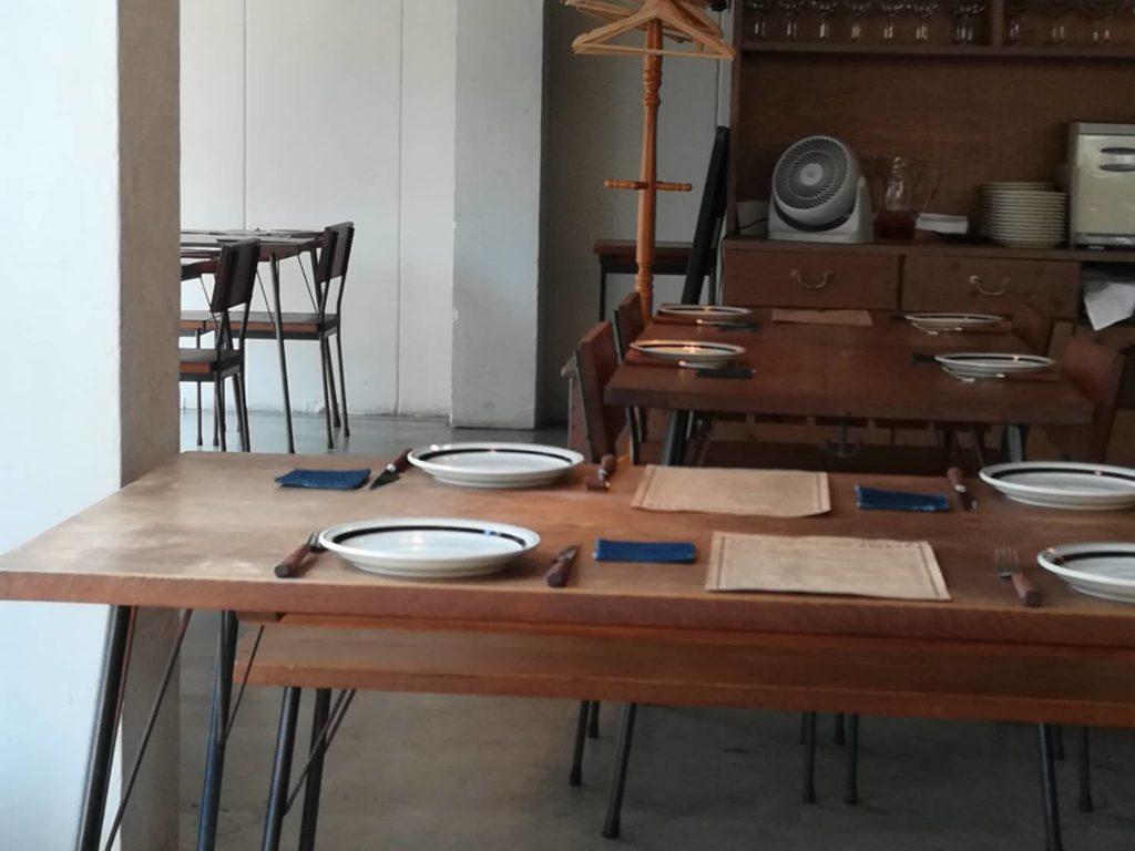店内(テーブル)