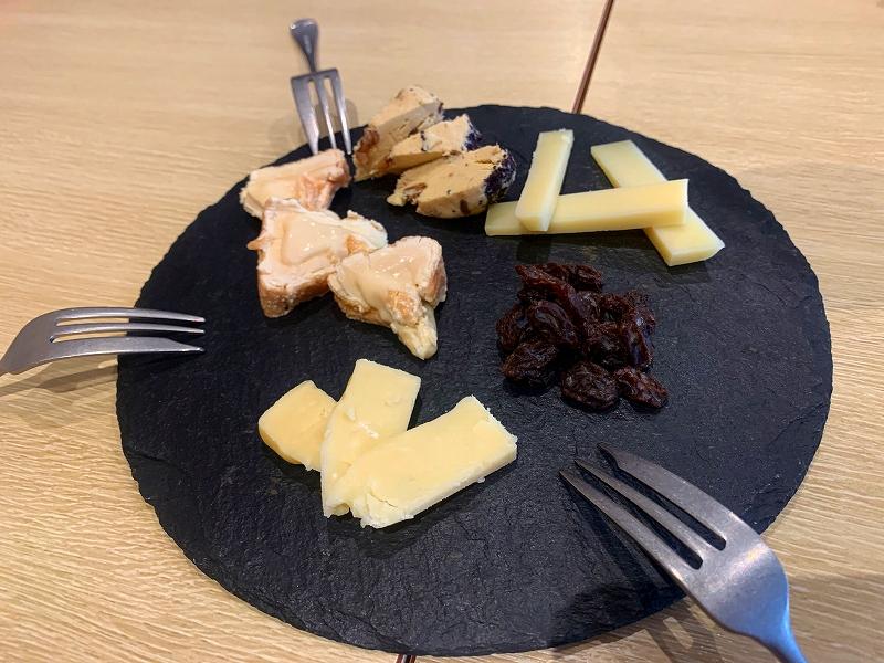 ワインファームTAMURA_中目黒で日曜昼飲み_チーズの盛り合わせ