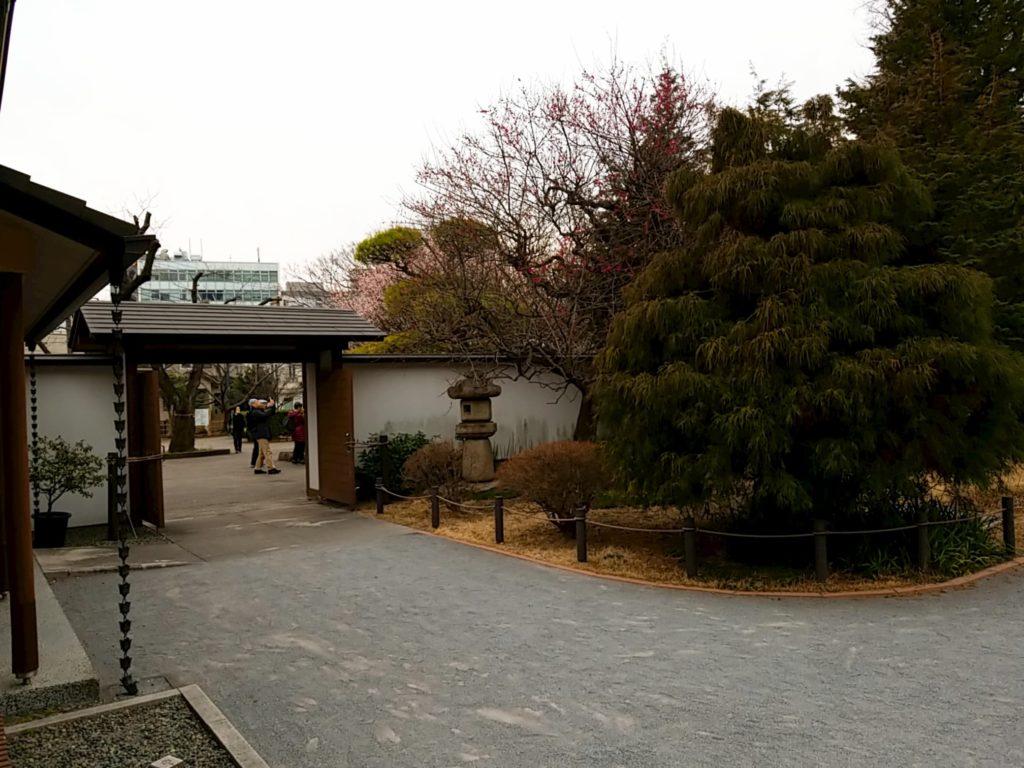 和館の入り口の灯籠