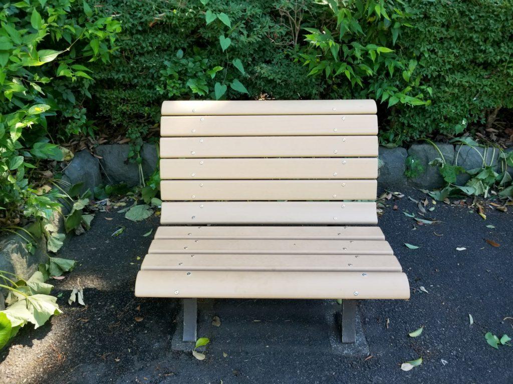 なんとも言えないサイズのベンチ