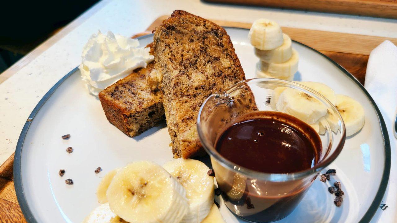 バナナケーキとチョコソース