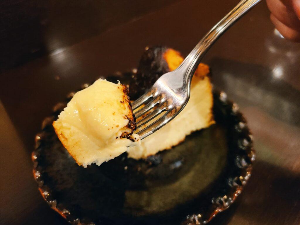 バスク風チーズケーキを食べるとこ